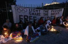 <p>Поддерживающие Тибет демонстранты протестуют против церемонии зажжения огня пекинской Олимпиады у подножия афинского Акрополя, 29 марта 2008 года. Китай предложил выплатить компенсацию семьям граждан, погибших во время беспорядков в столице Тибета, так как после происшедшего Пекин ведет агрессивную пропаганду. (REUTERS/John Kolesidis)</p>