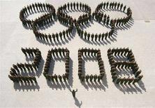 <p>Il logo delle Olimpiadi formato da poliziotti cinesi. REUTERS/Vincent Du (CHINA)</p>