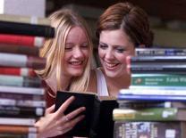 <p>Due studentesse sui libri. REUTERS/Dan Chung</p>