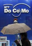 <p>Après avoir dominé le marché pendant une décennie, NTT DoCoMo ne peut plus affirmer qu'il est l'opérateur mobile majoritaire au Japon, selon des chiffres publiés en mars, les concurrents de moindre envergure grappillant peu à peu des parts de marché. /Photo prise le 29 janvier 2008/REUTERS/Issei Kato</p>