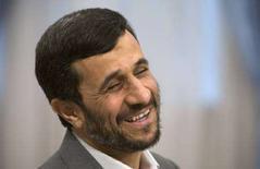 <p>Президент Ирана Махмуд Ахмадинеджад перед началом встречи с главой ОПЕК Абдуллой эль-Бадри в Тегеране 6 апреля 2008 года. (REUTERS/Morteza Nikoubazl)</p>