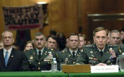 <p>Командующий войсками США в Ираке генерал Дэвид Петреус (справа) выступает с докладом в Сенате США, Вашингтон, 8 апреля 2008 года. Спецоперация иракской армии против боевиков-шиитов городе Басра не была адекватно спланирована и подготовлена, и ее результаты разочаровывают, сказал командующий войсками США в Ираке генерал Дэвид Петреус. (REUTERS/Jonathan Ernst)</p>