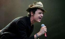 <p>Британский рок-музыкант Пит Доэрти на музыкальном фестивале Glastonbury в Англии 24 июня 2005 года. Британский рок-музыкант Пит Доэрти и экс-бойфренд модели Кейт Мосс, известный своим скандальным поведением и пристрастием к наркотикам и алкоголю, угодил за решетку на 14 недель за нарушение правил условного наказания, сообщил рекорд-лейбл музыканта. (REUTERS/Eddie Keogh)</p>