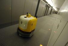 <p>Le robot de nettoyage RFS1 de Fuji Heavy Industries dans les couloirs d'une entreprise à Tokyo. Selon un cabinet d'études nippon, les robots pourront accomplir les tâches de 3,5 millions de personnes dans une quinzaine d'années dans l'archipel et aider ainsi à combler les risques de pénurie de main d'oeuvre face au vieillissement de la population. /Photo prise le 17 août 2007/REUTERS/Toru Hanai</p>