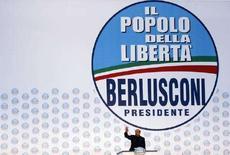 """<p>Экс-премьер Италии, лидер оппозиции Сильвио Берлускони выступает на предвыборном митинге в Неаполе, 4 апреля 2008 года. Лидер итальянской оппозиции Сильвио Берлускони """"на 100 процентов"""" уверен в своей победе на парламентских выборах, которые состоятся через четыре дня, и отверг возможность создания коалиции с левоцентристами в случае, если обе стороны наберут равное количество голосов. (REUTERS/Alessandro Bianchi)</p>"""
