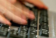 <p>Le secrétaire d'État chargé du développement de l'économie numérique Eric Besson a déclaré en conseil des ministres qu'il présenterait avant le 31 juillet un plan de développement de l'économie numérique à l'horizon 2012. /Photo d'archives/REUTERS</p>