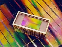 <p>Le fabricant japonais de mémoires informatiques Elpida Memory annonce qu'il augmentera les prix de ses mémoires DRAM de 5% à 10% pour une partie de ses clients dès ce mois-ci, apportant un nouvel indice de la fin de la chute des prix sur ce marché. /Photo d'archives/REUTERS/HO</p>