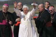 <p>Papa Benedetto all'arrivo alla Andrews Air Force Base, in Maryland. REUTERS/Osservatore Romano</p>