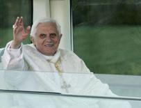 <p>Papa Benedetto XVI saluta dalla Papamobile a Washington. REUTERS/Molly Riley</p>