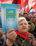 <p>Митинг сторонников Виктора Януковича в Донецке, 4 апреля 2007 года. Конституционный суд Украины в разгар дебатов между политическими силами о перспективах конституционной реформы заявил, что изменения в Основной закон могут быть внесены на общенародном референдуме, лишь получив предварительное согласие парламента. REUTERS/Valeriy Belokryl</p>