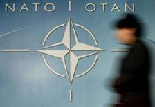 <p>Логотип НАТО у входа в штаб-квартиру альянса в Брюсселе, 4 декабря 2003 года. Грузия в пятницу провела экстренные переговоры с НАТО в рамках ряда шагов, направленных на усиление международного давления на Россию, объявившую об оказании консульской защиты Абхазии и Южной Осетии, непризнанных республик, вышедших из-под контроля Тбилиси. (REUTERS/Thierry Roge)</p>
