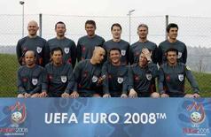 <p>Групповая фотография арбитров, которые обслужат матчи финальной части чемпионата Европы 2008. Фотография сделана в Швейцарии 17 апреля 2008 года. (REUTERS/Christian Hartmann)</p>