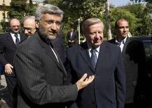 <p>Саид Джалили (слева) приветствует Валентина Соболева во время официальной встречи в Тегеране, 28 апреля 2008 года. Иран в понедельник предложит России ряд мер, направленных на преодоление разногласий вокруг его ядерной программы, сообщил представитель иранских властей. (REUTERS/Raheb Homavandi)</p>