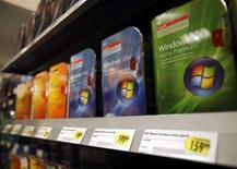<p>Des logiciels Windows Vista, dans un magasin à New York. CM-CIC Securities estime que malgré les importantes opérations de fusions-acquisitions réalisées en 2007, la concentration du secteur des éditeurs de logiciels devrait se poursuivre et même s'accélérer. /Photo d'archives/REUTERS/Shannon Stapleton</p>