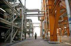 """<p>Рабочий на месторождении """"Южный Парс"""" в Иране 27 мая 2006 года. Россия представит свои предложения относительно создания организации, объединяющей страны, которые добывают природный газ, на заседании в Тегеране в понедельник, говорится на вебсайте министерства нефтяной промышленности Ирана. (REUTERS/Morteza Nikoubazl)</p>"""
