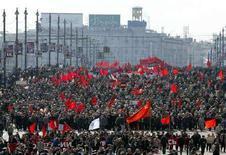 <p>Российские коммунисты на демонстрации в центре Москвы 1 мая 2004 года. Большинство постсоветских республик не отказались от традиции отмечать некоторые праздники прежней эпохи. Ниже приводится информация о майских выходных в странах СНГ. (REUTERS/Viktor Korotayev)</p>