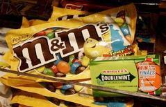 <p>Pacchetti di gomme Wrigley Doublemint e noccioline Mars M&M's. REUTERS/Fred Prouser (UNITED STATES)</p>