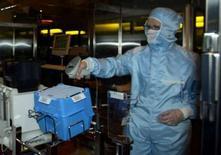 <p>Dans un centre de production de STMicroelectronics, près de Grenoble. Le fabricant franco-italien de semi-conducteurs fait état d'une perte trimestrielle imputable à des charges liées à la scission de son activité mémoires flash au sein d'une nouvelle société, Numonyx, ainsi qu'à la faiblesse du dollar. /Photo d'archives/REUTERS/Pool/Philippe Wojazer</p>