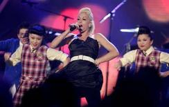 "<p>Neuf maisons de disques poursuivent en justice un fournisseur américain de musique en ligne, Project Playlist, qu'elles accusent de ""violations massives"" des droits d'auteur d'artistes comme Gwen Stefani (photo) ou le groupe U2. /Photo d'archives/REUTERS/Fred Prouser</p>"
