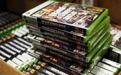 """<p>Le jeu vidéo """"Grand Theft Auto 4"""" a été mis en vente dès 00h00 mardi, un événement attendu par des milliers de fans qui n'ont pas hésité à faire la queue toute la soirée pour acheter les premiers exemplaires de ce jeu d'action d'ores et déjà élevé par les critiques au rang de chef d'oeuvre violent et satirique, dans la lignée de films tels que Le Parrain. /Photo prise le 28 avril 2008/REUTERS/Lucas Jackson</p>"""