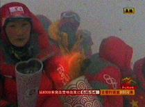 <p>Immagine tv della torcia olimpica portata dagli alpinisti sulla cima dell'Everest. REUTERS/CCTV via Reuters TV (CHINA). CHINA OUT. NO COMMERCIAL OR EDITORIAL SALES IN CHINA. FOR EDITORIAL USE ONLY. NOT FOR SALE FOR MARKETING OR ADVERTISING CAMPAIGNS.</p>