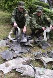 """<p>Абхазские солдаты показывают то, что по их словам является обломками грузинского беспилотного самолета, 9 мая 2008 года. Абхазия заявила, что грузинский беспилотный самолет, сбитый над ее территорией накануне, был вооружен ракетой класса """"воздух-воздух"""", сообщило агентство Интерфакс. (REUTERS/Vladimir Popov)</p>"""