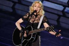 """<p>Певица Мадонна выступает в Париже в поддержку нового альбома """"Hard Candy"""" 6 мая 2008 года. Поп-дива Мадонна начнет очередное мировое турне концертом в Кардиффе в Уэльсе 23 августа, сообщила в четверг певица. В ходе турне """"Sticky and Sweet"""" в поддержку своего нового альбома """"Hard Candy"""" Мадонна выступит во Франции, Германии, Нидерландах, Италии (REUTERS/Benoit Tessier)</p>"""