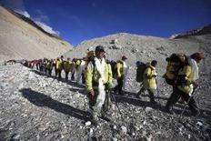 <p>Китайские альпинисты возвращаются на базу после того, как подняли олимпийский факел на Эверест 9 мая 2008 года. Огонь пекинской Олимпиады-2008 был доставлен в четверг на Эверест. Пятеро альпинистов подняли факел на самую высокую точку земного шара (8.848 метров над уровнем моря) по северо-восточному склону горы, находящейся на границе китайской провинции Тибет и Непала. (REUTERS/China Daily).</p>