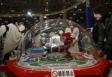 <p>Dans une salle d'arcade, à Chiba, à l'est de Tokyo. Le secteur des jeux d'arcade nippon a été durement frappé par les jeux vidéos de nouvelle génération, en particulier la console Wii de Nintendo, qui a conquis le coeur et le porte-monnaie des jeunes Japonais. /Photo prise le 15 février 2008/REUTERS/Kim Kyung-Hoon</p>