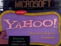 <p>Selon la personne proche des discussions, la proposition alternative de Microsoft à un rachat total de Yahoo implique une acquisition des activités de moteur de recherche sur internet de ce dernier et une prise de participation minoritaire et passive dans le groupe internet américain, après une scission des actifs asiatiques de Yahoo. /Photo prise le 19 mai 2008/REUTERS/Joshua Lott</p>
