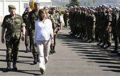 <p>Il ministro della Difesa spagnolo Carme Chacon (destra) in una foto d'archivio che la ritrare quando, ancora incinta, passa in rassegna le truppe spagnole di stanza in Libano. REUTERS/ Karamallah Daher (Lebanon)</p>