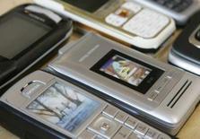 <p>Pour la première fois depuis 2001, les ventes de téléphones portables ont chuté de 16,4% au premier trimestre en Europe de l'Ouest, en raison du ralentissement économique, une évolution qui contraste avec la hausse enregistrée dans les pays émergents, en Asie et en Afrique notamment, d'après le cabinet Gartner. /Photo d'archives/REUTERS/Michaela Rehle</p>