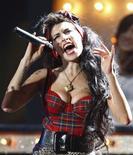 <p>Après Shakespeare et Wordsworth, la chanteuse soul déjantée Amy Winehouse fait son entrée aux programmes de la prestigieuse université anglaise de Cambridge où les étudiants de dernière année en Lettres ont été priés de comparer les paroles d'une de ses chansons à des vers du poète élizabéthain et explorateur Sir Walter Raleigh (1552-1612). /Photo prise le 20 février 2008/REUTERS/Alessia Pierdomenico</p>