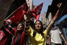 <p>Люди празднуют первый день республики на улицах Катманду 29 мая 2008 года. Непальцы радостно похоронили в четверг 239-летнюю монархию и уличными шествиями отпраздновали первый день республики, которая по решению законодательного собрания пришла на смену королевскому правлению в гималайском государстве. (REUTERS/Deepa Shrestha)</p>