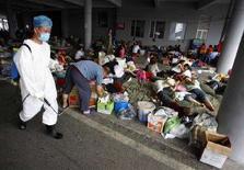 <p>Медицинский работник дезинфицирует землю во временном лагере беженцев в провинции Сычуань 28 мая 2008 года. Правительство Тайваня предоставил пострадавшему от сильнейшего землетрясения Китаю помощь в размере 2 миллиардов тайваньских долларов ($71 миллиона) в знак благодарности за помощь, оказанную китайским правительством после похожей трагедии на Тайване в 1999 году. (REUTERS/Nicky Loh)</p>