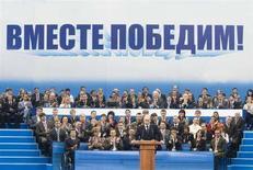 """<p>Премьер-министр РФ и экс-президент страны Владимир Путин (в центре) выступает на съезде """"Единой Росии"""" в Москве, 15 апреля 2008 года. Прокремлевская партия """"Единая Россия"""", насчитывающая сейчас около двух миллионов членов, проведет кадровую чистку, сообщил Рейтер глава центрального исполкома партии Андрей Воробьев. Собеседники в Кремле отмечают, что будущее сокращение коснется лишь """"мертвых душ"""", влиятельных """"единороссов"""" среди отчисленных не будет. (REUTERS/Alexander Natruskin)</p>"""
