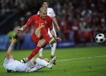 <p>Футболист португальской сборной Пепе (в центре) и игрок сборной Турции Эмре Асик в матче чемпионата Европы по футболу в Женеве 7 июня 2008 года. Португальцы одержали победу над командой Турции со счетом 2:0. (REUTERS/Eddie Keogh)</p>