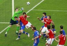 <p>Вратарь сборной Хорватии Стипе Плетикоса (крайний слева) отражает выпад сборной Австрии в матче группы B в Вене 8 июня 2008 года. В воскресенье прошли мачти чемпионата Европы по футболу в группе B (REUTERS/Christian Charisius)</p>