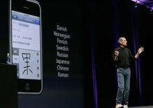 <p>Le directeur d'Apple Steve Jobs présentant l'iPhone 3G. Apple a dévoilé un nouvel iPhone disposant d'un accès à internet plus rapide qui sera commercialisé le 11 juillet dans 22 pays. /Photo prise le 9 juin 2008/REUTERS/Kimberly White</p>