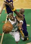 <p>Un momento della finale fra Boston Celtics e Los Angeles Lakers. REUTERS/Winslow Townson/Pool (UNITED STATES)</p>