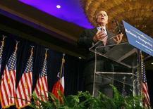 <p>Кандидат в президенты США от Республиканской партии Джон Маккейн выступает перед своими сторонниками в Хьюстоне 17 июня 2008 года. Джон Маккейн обвинил своего соперника-демократа Барака Обаму в слабости и нерешительности в проблеме борьбы с терроризмом, ставшей важнейшим политическим вопросом предвыборной гонки. (REUTERS/Richard Carson)</p>