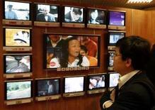 <p>La Commision Copé a annoncé qu'un scénario unique de financement de France Télévisions, prévoyant de taxer opérateurs de télécommunications et chaînes de télévision privées, sera finalement présenté à Nicolas Sarkozy. /Photo d'archives/REUTERS/Eric Gaillard</p>