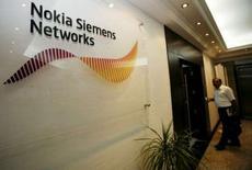 <p>Le fabricant d'équipements de réseaux de télécommunications Nokia Siemens Networks s'attend à une poursuite de la baisse des prix dans le secteur en raison de l'intensification de la concurrence. /Photo d'archives/REUTERS/Ahmed Jadallah</p>