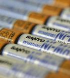 <p>Sanyo Electric va doubler sa production annuelle de piles rechargeables de type AA et AAA, avec l'engouement des consommateurs pour ce type de produit, plus économique et plus respectueux de l'environnement. /Photo prise le 5 février 2008/REUTERS/Michael Caronna</p>