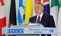 <p>Президент Казахстана Нурсултан Назарбаев выступает на сессии парламентской Ассамблеи ОБСЕ в Астане 29 июня 2008 года. Назарбаев пообещал законодательно оформить многопартийную систему в парламенте. (REUTERS/Vladimir Mironchik)</p>