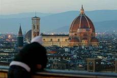 <p>Un turista ammira il Duomo di Firenze. REUTERS/Paolo Cocco</p>