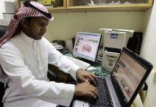 <p>Immagine d'archivio di un saudita che naviga su Internet. REUTERS/Alì Jarekji (SAUDI ARABIA)</p>