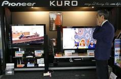 <p>Pioneer annonce son intention de commercialiser d'ici à la fin de l'année un enregistreur DVD à la norme Blu-ray. /Photo prise le 4 mars 2008/REUTERS/Toru Hanai</p>