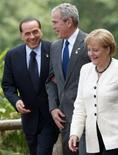 """<p>Les Etats-Unis ont présenté des excuses formelles au président du Conseil italien Silvio Berlusconi, ici à Toyako avec le président américain George Bush et la Chancelière allemande Angela Merkel, pour avoir distribué à la presse une note biographique """"insultante"""" sur lui. La biographie présente le chef du gouvernement italien comme """"haï par beaucoup mais respecté par tous pour sa 'bella figura' et la force de sa volonté"""". /Photo prise le 8 juillet 2008/REUTERS/Jim Young</p>"""