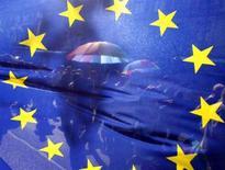 <p>Un corteo camina dietro la bandiera dell'Unione Europea, in un'immagine d'archivio. REUTERS/Karoly Arvai (Ungheria)</p>